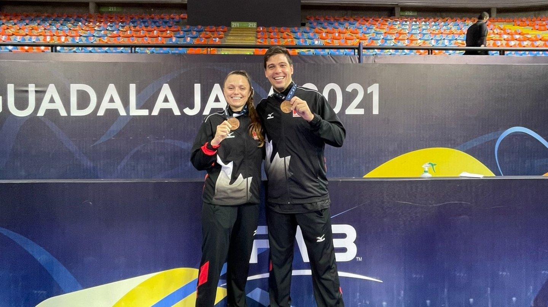 Lauren Bertolacci (à gauche) et Pablo Sanchez exhibent fièrement leur médaille de bronze.