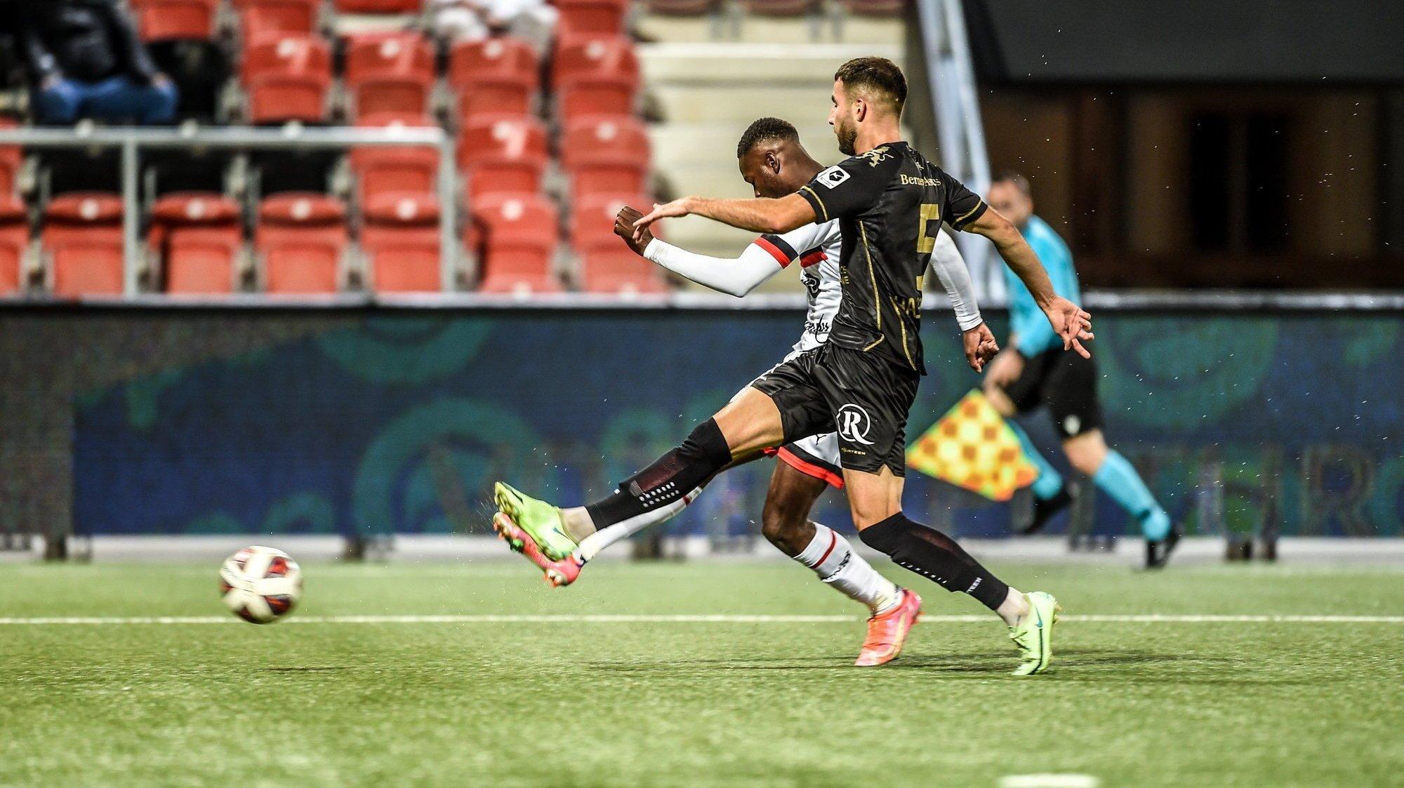 Louis Mafouta (en blanc) est plus rapide que Lavdrim Hajrulahu et inscrit le but du 2-0 pour Xamax.