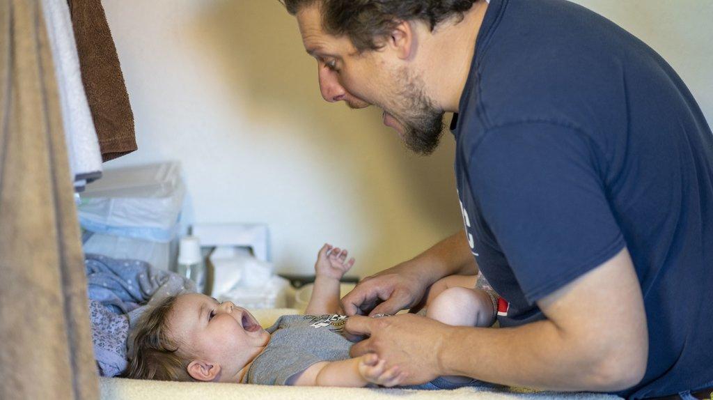 Congé paternité: les cantons n'ont pas leur mot à dire, selon le Conseil des Etats