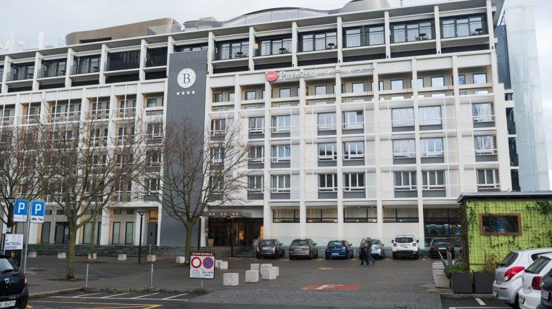 L'hôtel Beaulac, devant la porte duquel s'est déroulée la scène.