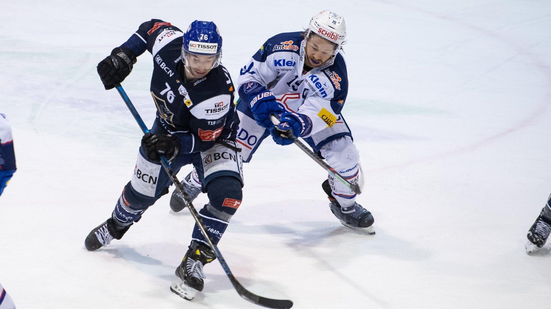 Gaëtan Augsburger (en bleu) ne pourra pas jouer ce samedi soir contre Langenthal.