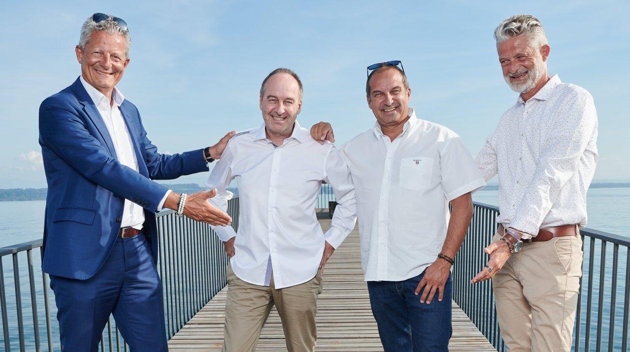 Les anciens et nouveaux organisateurs ont pris la pose sur la passerelle de l'Utopie. De gauche à droite: Frédéric Pont, David et Richard Chassot, et Christophe Pont.