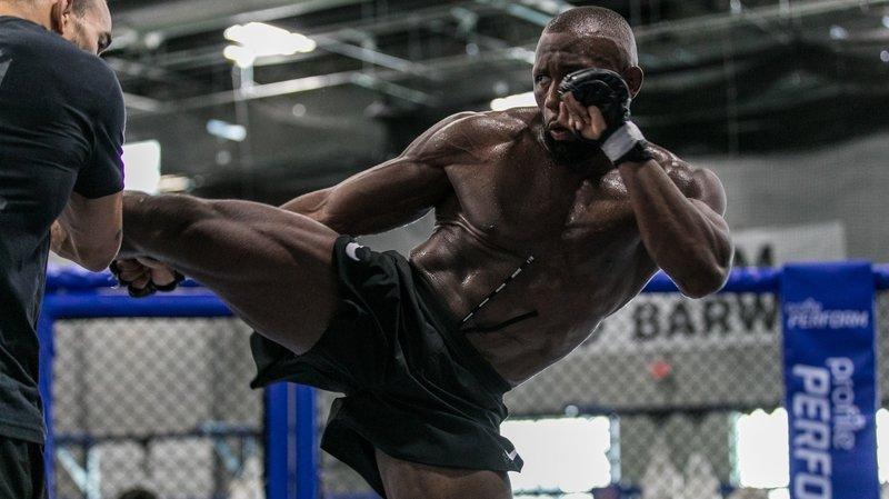«Je prédis un KO dès le premier round», lance Ange Loosa avant de combattre pour entrer en UFC