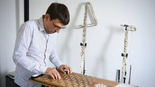 Le musicien neuchâtelois Matthieu Amiguet explore de nouvelles sonorités avec l'harpejii