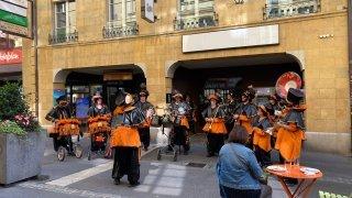 Neuchâtel: une guggenmusik débarque par surprise au centre-ville