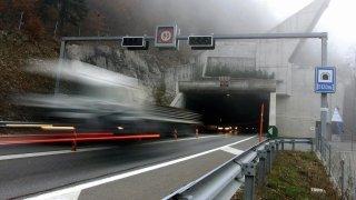 Tunnel sous La Vue-des-Alpes: il emboutit une voiture et termine à l'hôpital