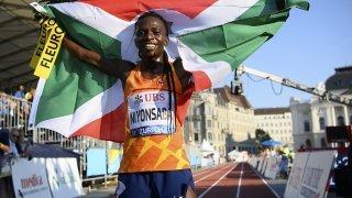 Athlétisme: la Burundaise Francine Niyonsaba bat le record du monde du 2000 m