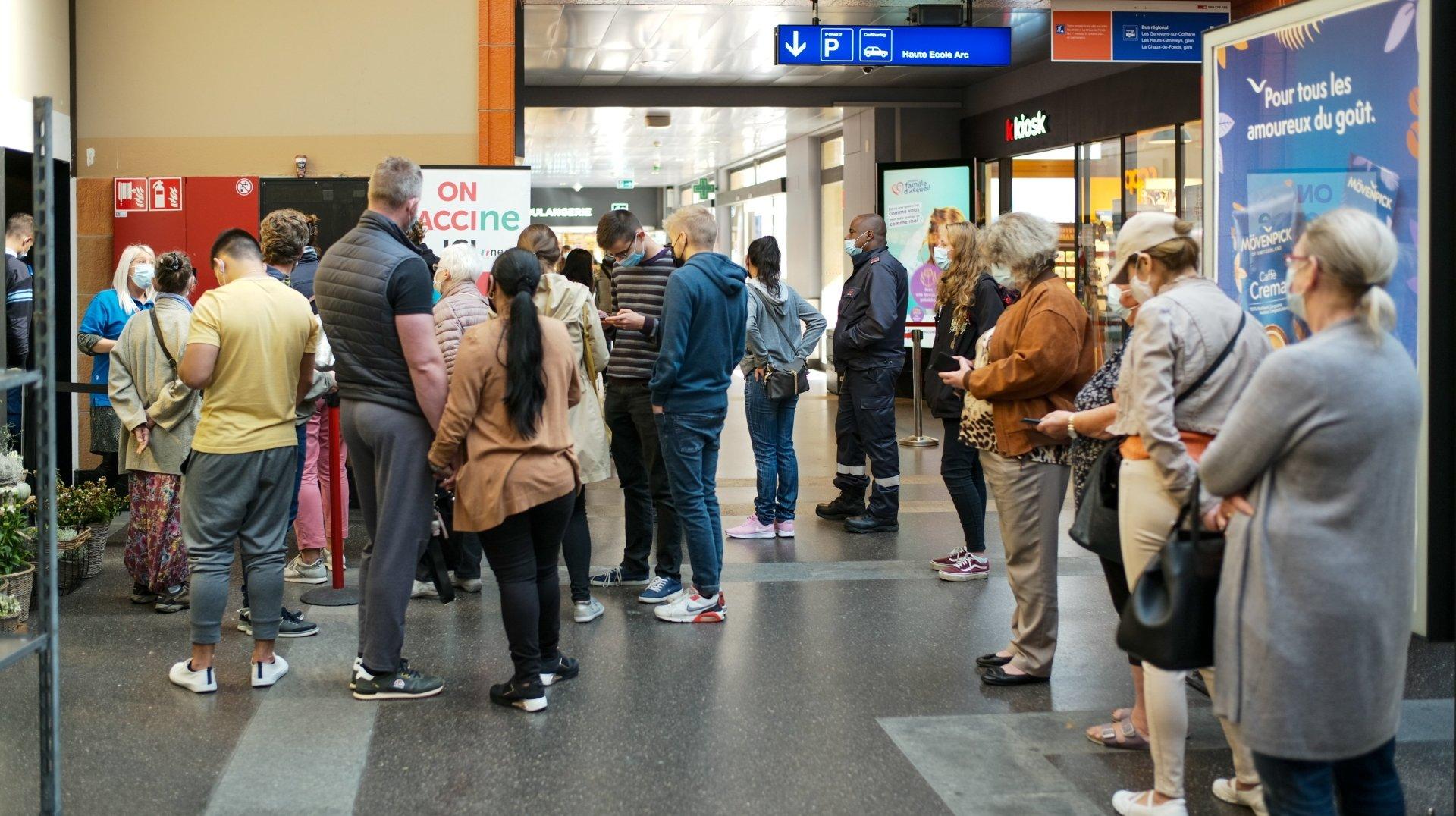 La foule pour se faire vacciner à la gare de Neuchâtel