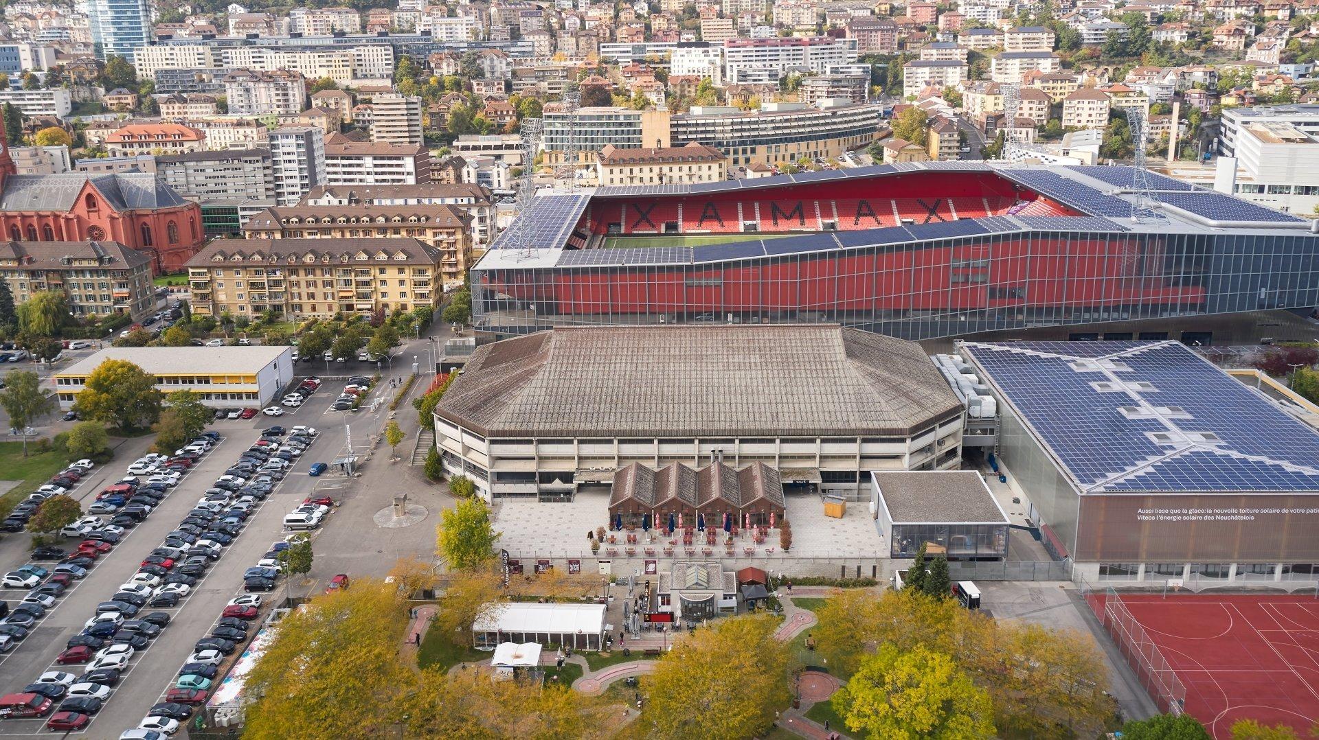 Au centre, le bâtiment principal des patinoires du Littoral. A gauche, une partie de la parcelle qui doit accueillir le UniHub de l'Université de Neuchâtel.