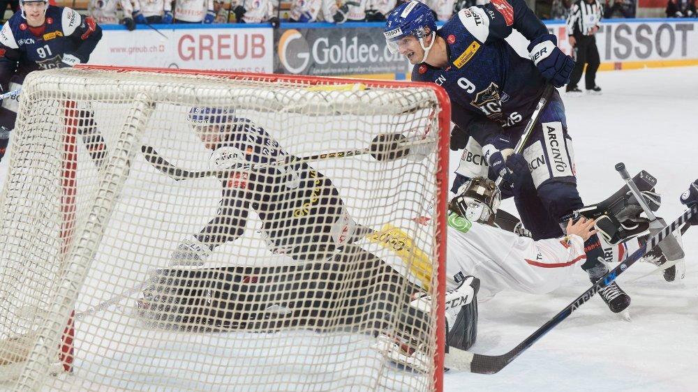 Oliver Achermann (HCC) marque un but à un Thibault Fatton (Ticino Rockets) délaissé par sa défense.
