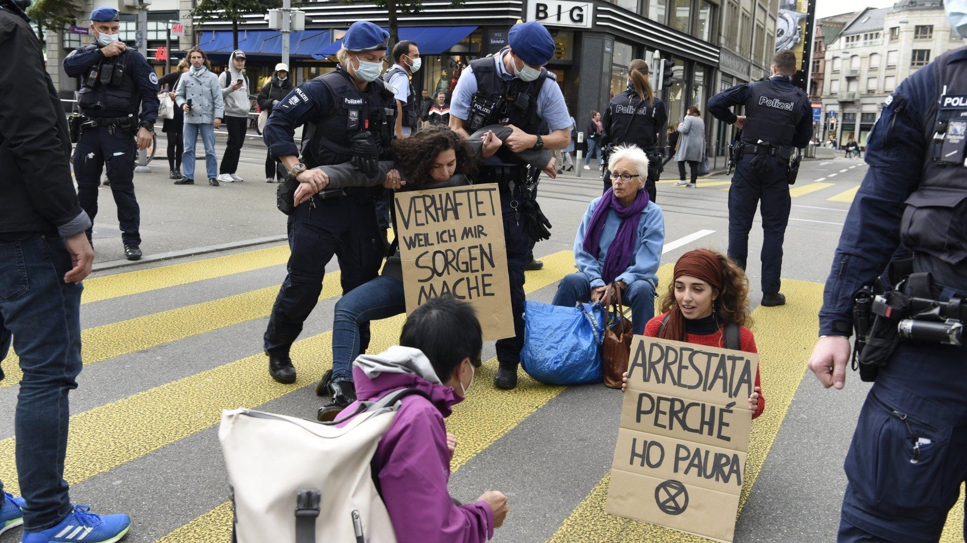 Frédérique Nardin, pull bleu et foulard violet, assiste au début de l'intervention des forces de police.