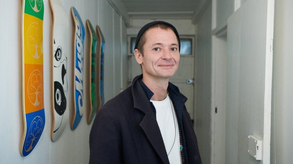 Féru de culture urbaine, Jeremy Ferrington ouvre les portes de son atelier dans une vieille ferme neuchâteloise à La Chaux-de-Fonds.