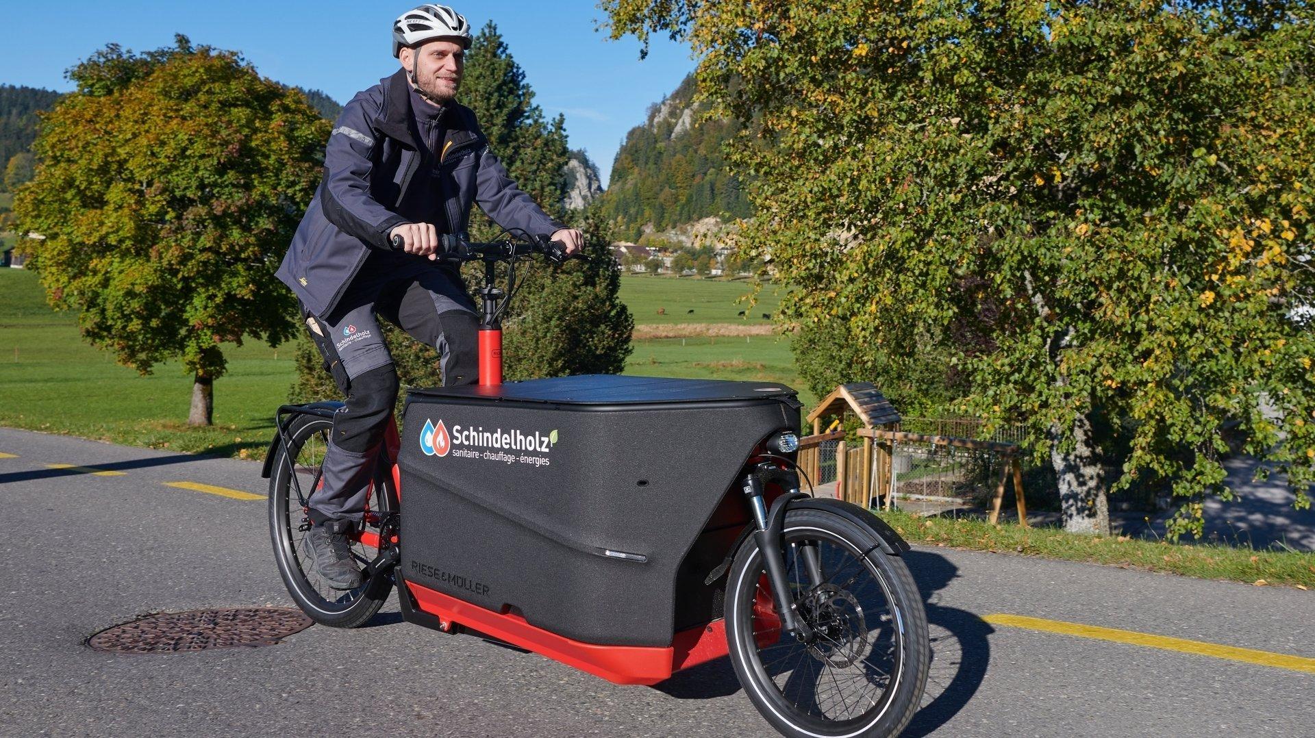 Alan Schindelholz a investi dans un vélo cargo électrique, comme de plus en plus d'artisans en Suisse.