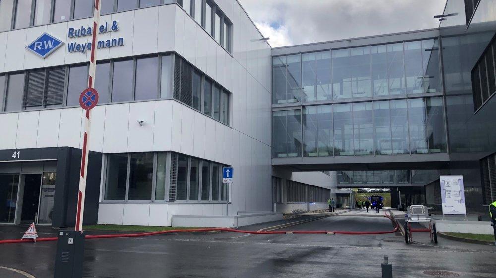 Une dizaine de pompiers sont intervenus pour maîtriser le sinistre dans les bâtiments des entreprises du groupe Swatch.