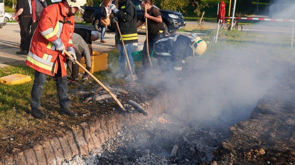 Habits de protection de rigueur pour sortir la centaine de saucissons de la travée ardente.