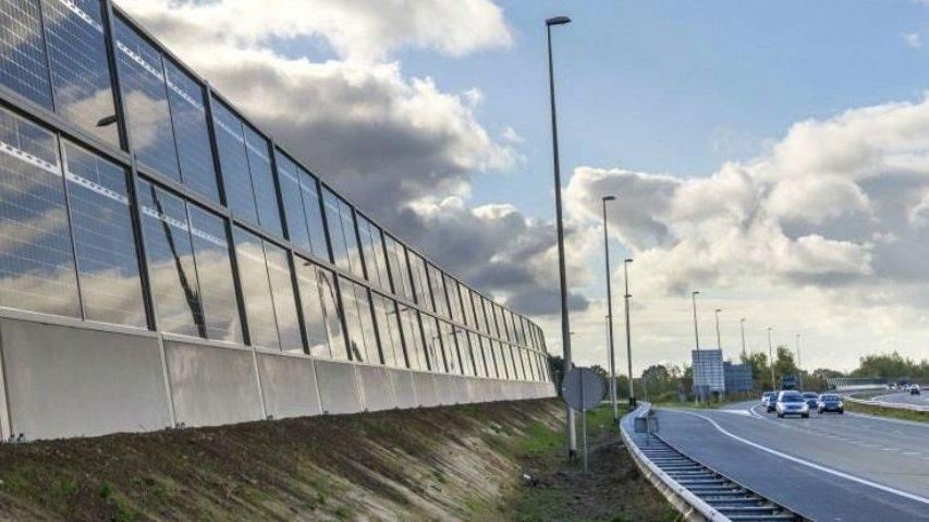 Energie: Berne veut installer des panneaux solaires le long des autoroutes et des rails