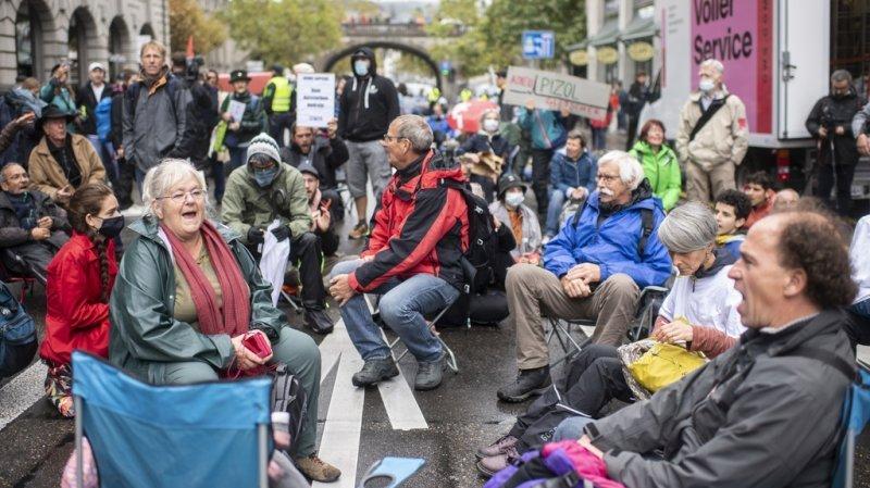 Climat: les activistes d'Extinction Rebellion bloquent une rue à Zurich