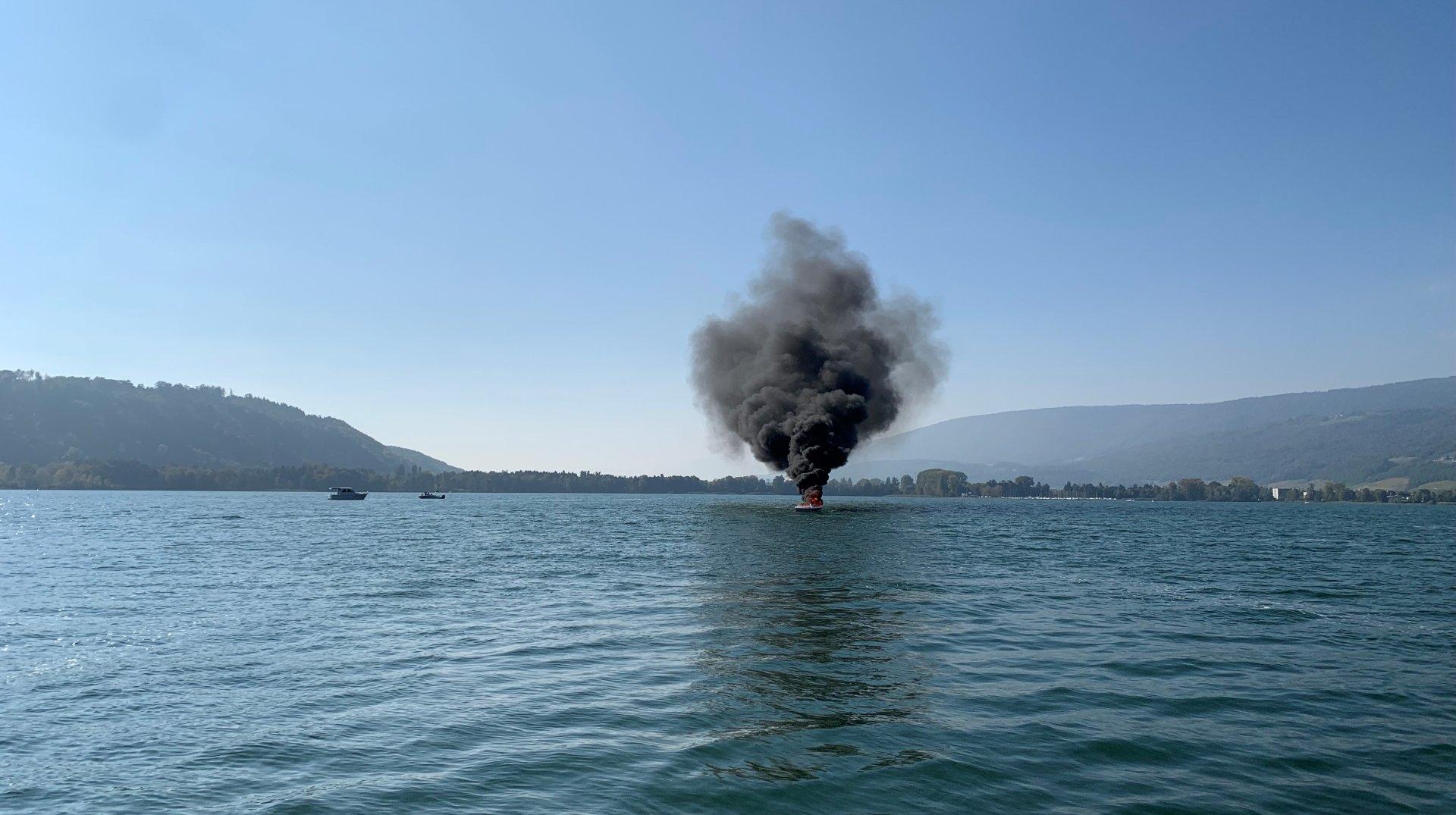 Un bateau en feu sur le lac de Bienne