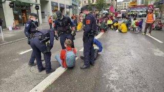 Des activistes d'Extinction Rebellion bloquent une rue à Zurich