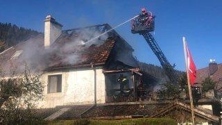 Les flammes détruisent une toiture à Chézard