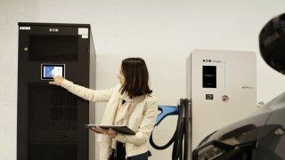 Voitures électriques: les bornes de recharge menacent-elles de surcharger le réseau suisse?
