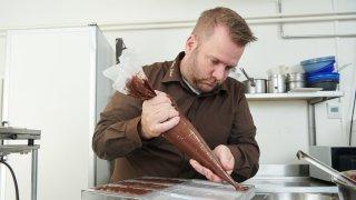 Neuchâtel: comment se fabrique une plaque de choc noir fraise-basilic pour Chocolatissimo