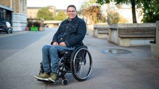 Jean-Marc Morel, 50 ans, raconte la difficulté de vivre en chaise roulante à Neuchâtel