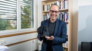 L'innovation par l'acte: un prof de l'Uni de Neuchâtel vend des bonnets de nuit