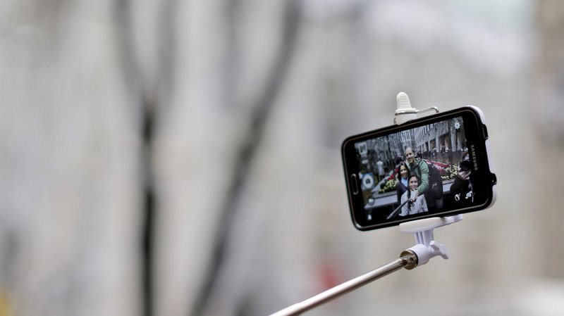 Coire: elle tombe dans le Rhin en voulant prendre un selfie