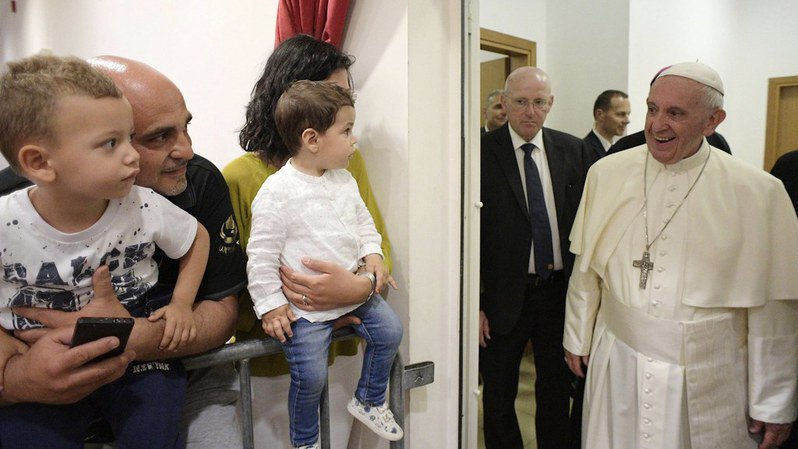 """""""Interdit de se plaindre!"""", le mot d'ordre sur la porte du pape"""