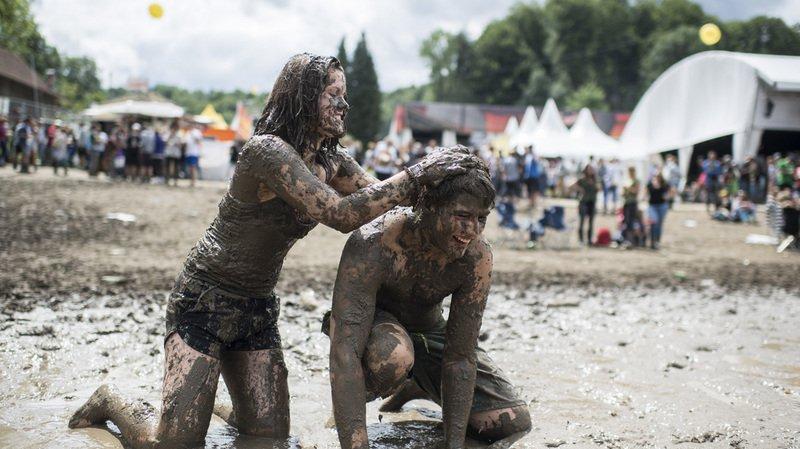 Vidéo: les festivaliers de l'OpenAir de Saint-Gall s'éclatent dans la boue