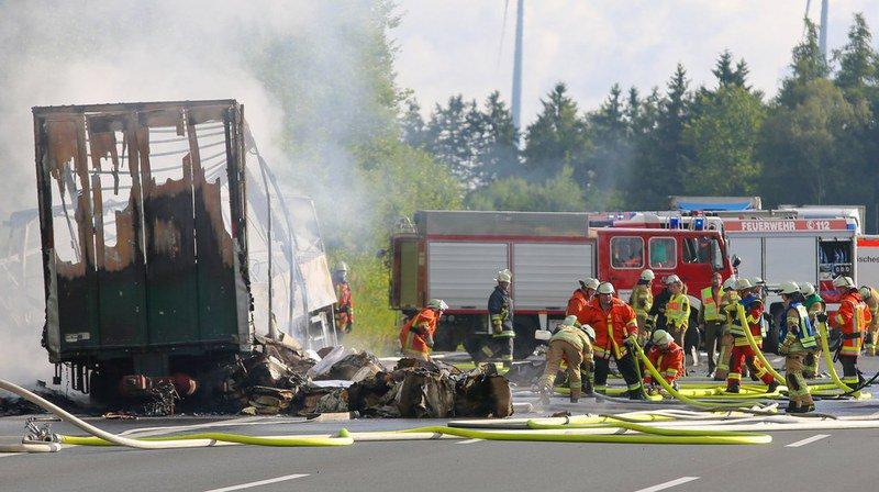 Car touristique en feu sur l'A9 en Bavière: 18 morts piégés par les flammes
