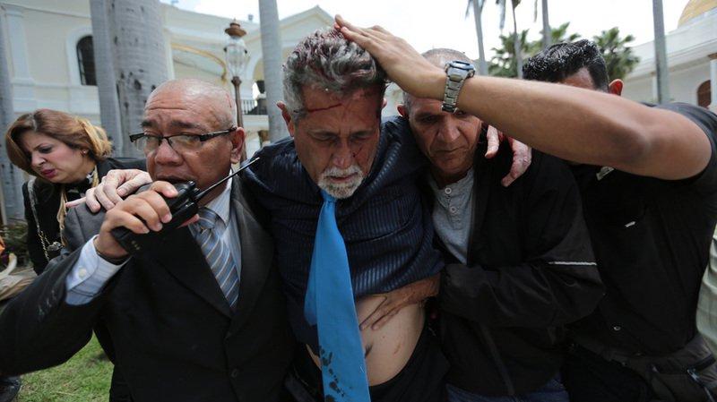 Venezuela: des pro-Maduro envahissent le Parlement, cinq députés blessés
