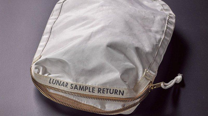 Une pochette ayant contenu les premiers échantillons ramenés de la Lune vendue 1,7 million de francs