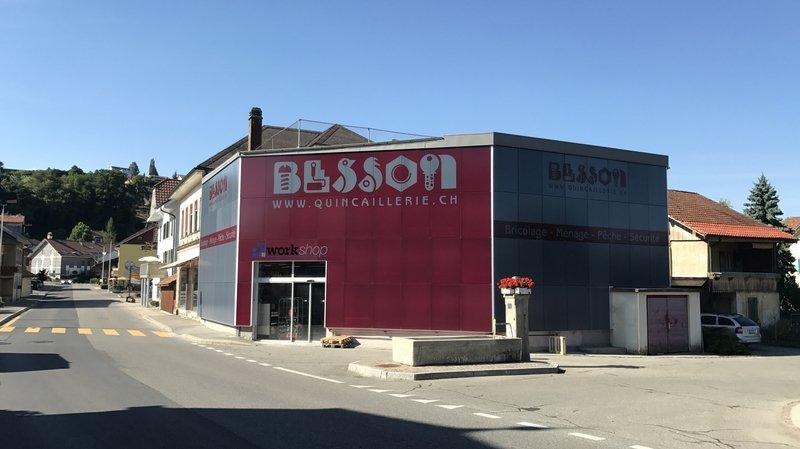 La façade de la quincaillerie Besson, à Salavaux, est entièrement couverte de panneaux solaires.