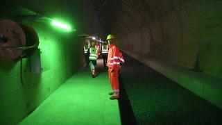 Italie: pose des voies ferrées dans le tunnel de base du Ceneri