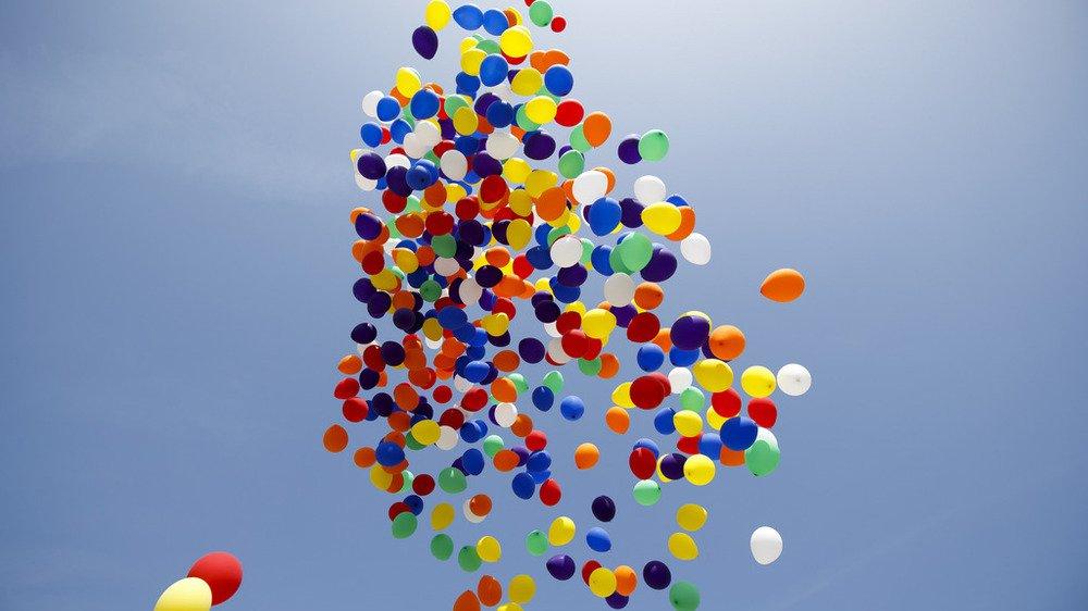 le lâcher d'environ 250 ballons a été annulé par les organisateurs. Une décision prise «après un tollé des protecteurs de l'environnement sur les réseaux sociaux».