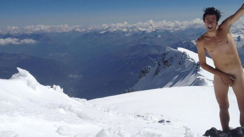 Equipement minimum imposé au Mont-Blanc: l'athlète Kilian Jornet réagit en posant nu au sommet