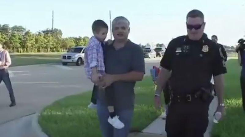 Son papa décédé, un petit garçon se fait escorter à l'école par des policiers pour sa première rentrée
