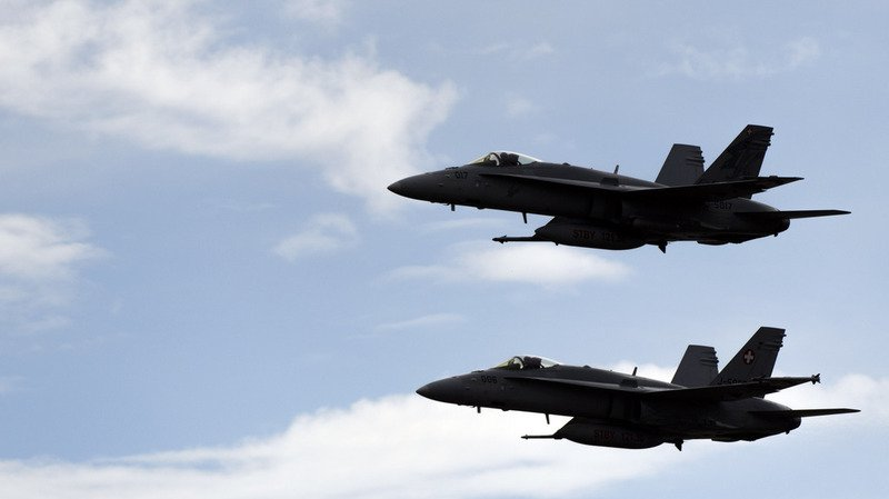 Zurich: deux F/A-18 de l'armée suisse passent le mur du son