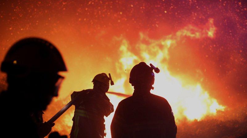 """A minuit, le feu continuait de progresser dans une """"zone plus urbanisée"""", où plusieurs routes départementales ont été fermées à la circulation."""
