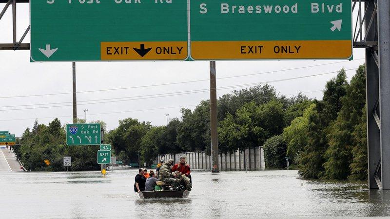 Etats-Unis: trois morts, un hôpital évacué, deux aéroports fermés, l'ouragan Harvey ne cesse d'empirer