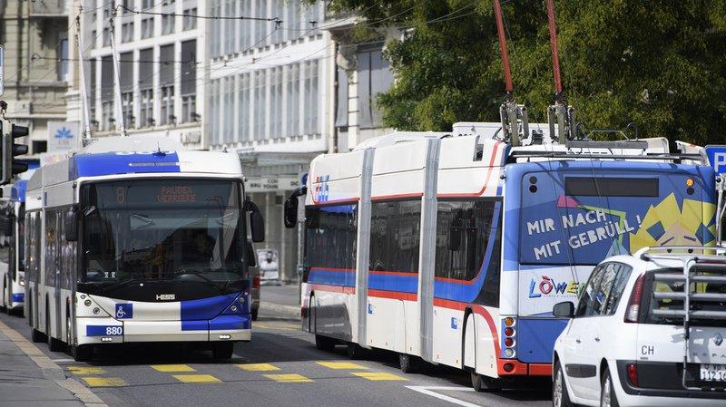 Transports publics: un bus géant dans les rues de Lausanne