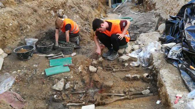 Une cinquantaine de tombes médiévales découvertes à Saint-Ursanne