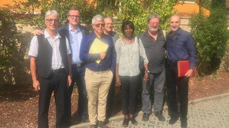 Large comité (de gauche à droite): Alexandre Houlmann (PS), Stephan Moser (UDC), Hughes Scheurer (PLR), Rémy Cosandey (Les Verts), Josiane Gemmely (PS), Daniel Ziegler (POP) et Giovanni Spoletini (PS).