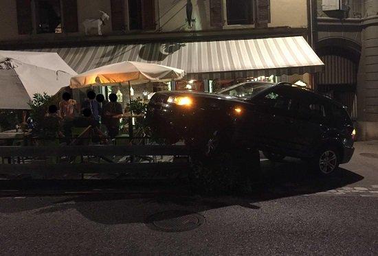 Fribourg: elle confond les freins avec l'accélérateur et finit sur la terrasse d'un resto