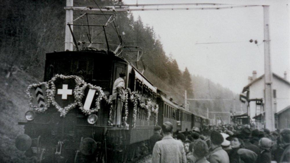 Le 21 novembre 1942, le premier convoi électrique circule entre Neuchâtel et Les Verrières. Ici, la locomotive, l'Ae 3/6 10693, décorée pour l'occasion, s'est arrêtée en gare de Boveresse, où la foule est venue découvrir le train.