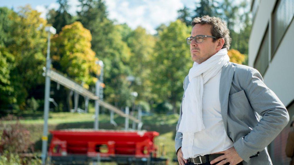 A deux pas du terrain du futur ex-Nhoj, Théo Huguenin-Elie, le président de la Ville de La Chaux-de-Fonds, affiche son inquiétude.