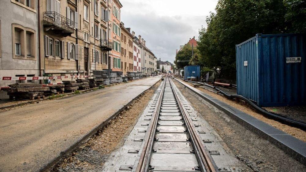 Les rails ont été posés beaucoup plus bas que la route.