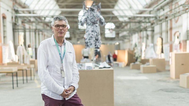 Le président de Vivre La Chaux-de-Fonds Andrea Moretti pose dans la nef des anciens abattoirs, en marge d'un montage d'une série d'expositions, dont celle des modèles des modistes de l'Ecole d'arts.